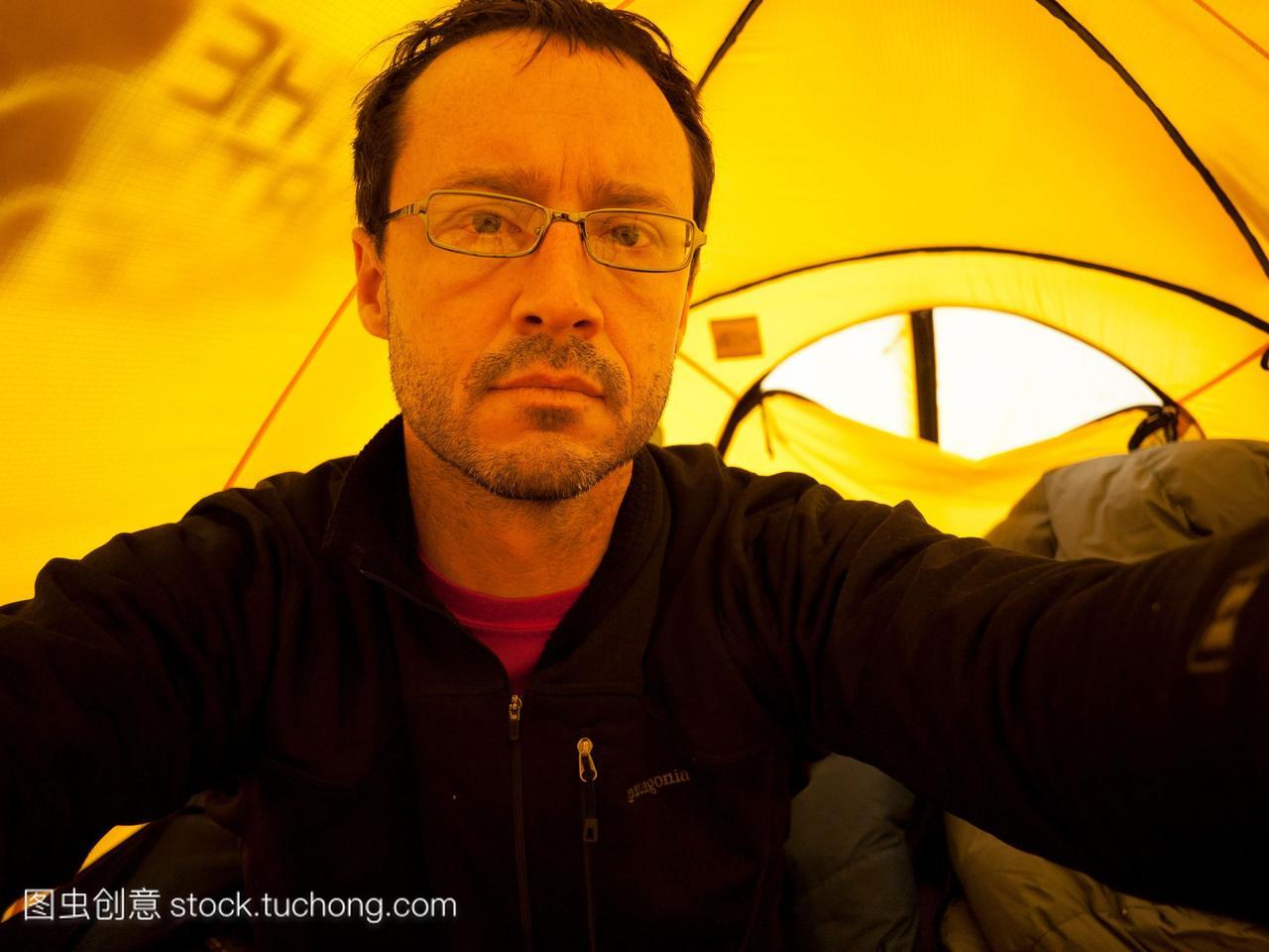在14000英尺的帐篷里,一个登山者的自画像。