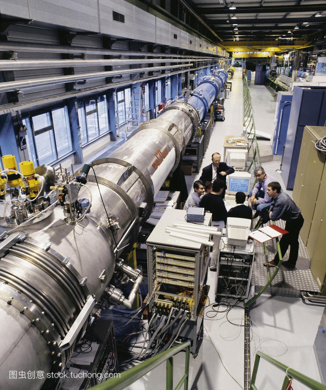 大型强子对撞机粒子加速器磁铁。在瑞士日内瓦