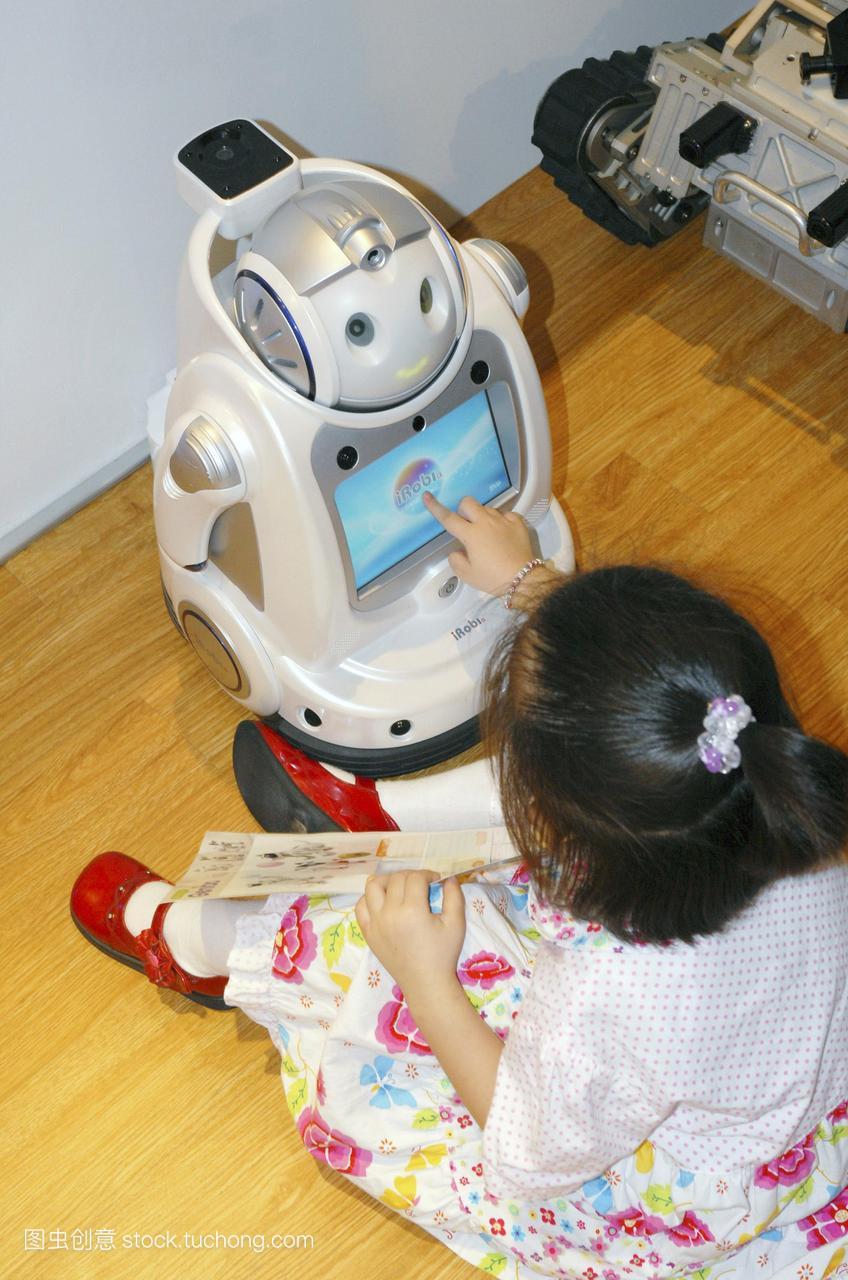 i罗比q家用玩具机器人和女孩。这个机器人使用