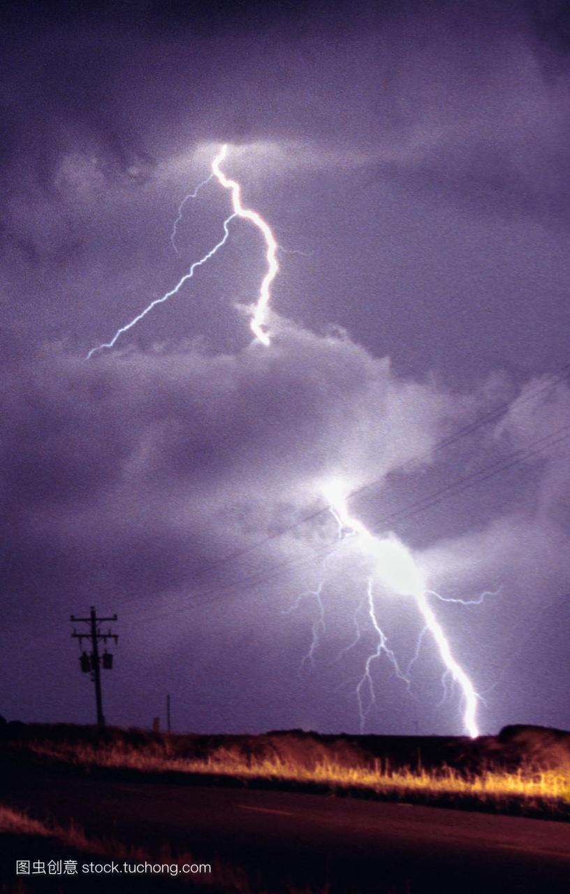 闪电。在电源线附近叉起云到地面的闪电。当一