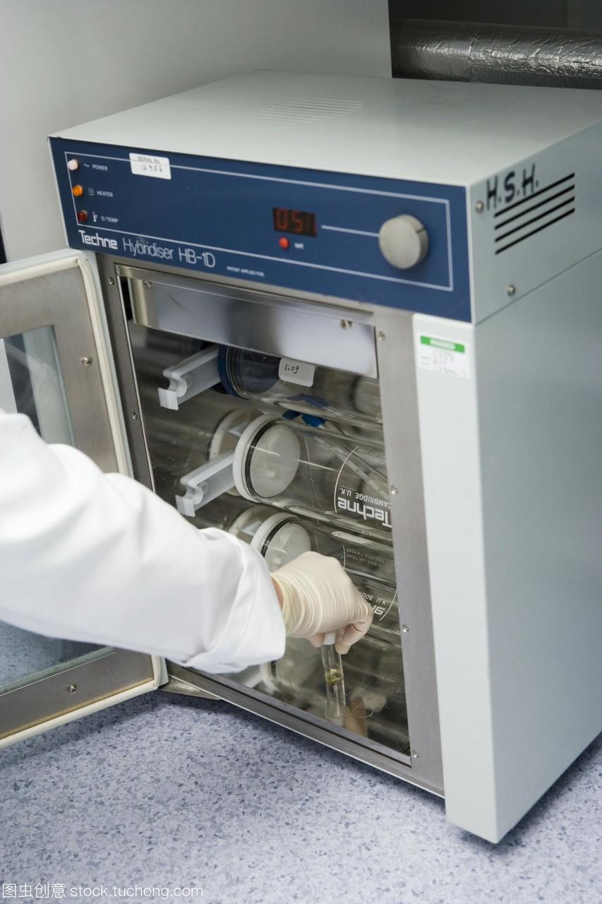 中,保温箱被用来保持样品的温度。这项工作正