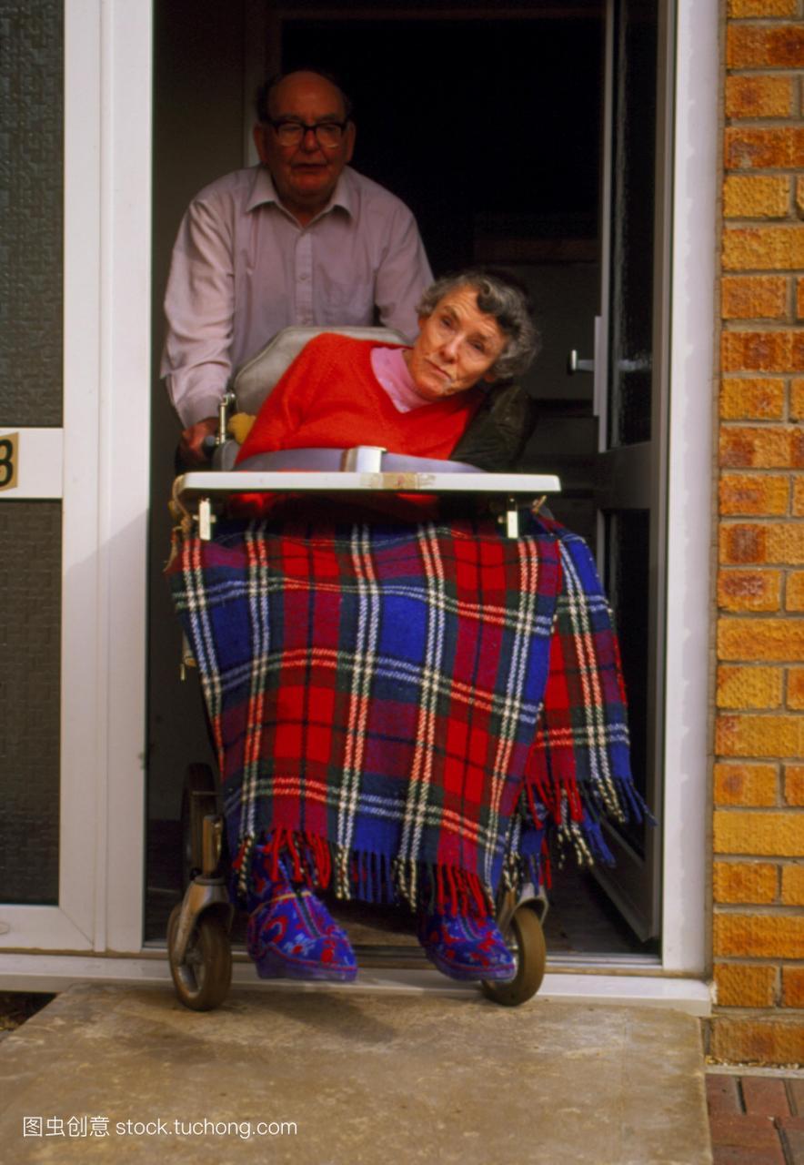 模型发布。亨廷顿氏舞蹈病。坐在轮椅上的老妇
