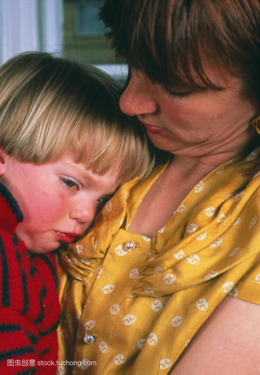 模型发布。母亲安慰她生病了发烧的孩子。也称