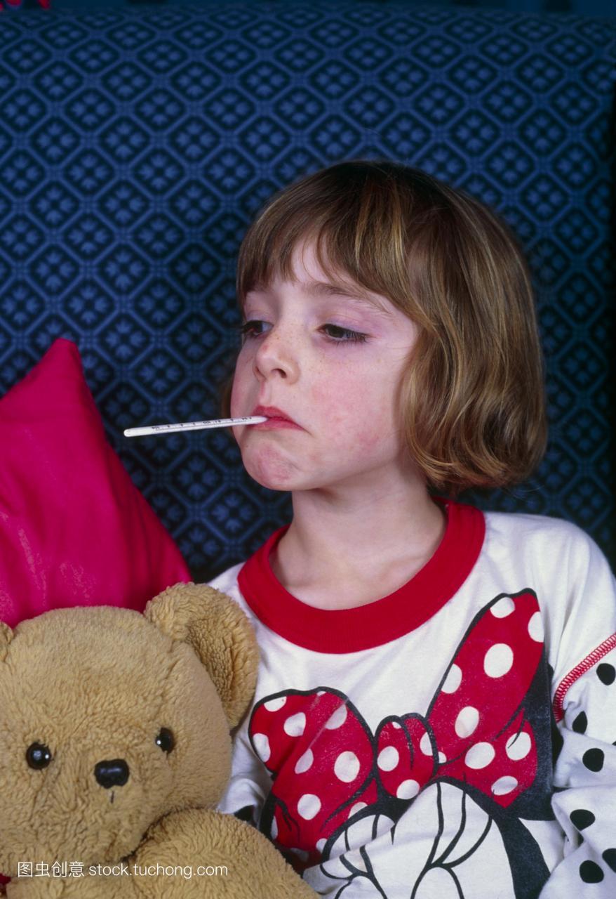 口腔温度测量一个年轻女孩痛苦发烧有她口腔温