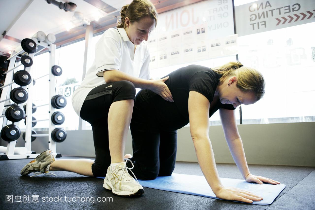模型发布。怀孕期间普拉提练习。私人教练在普