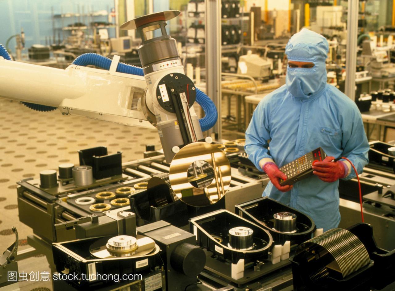 计算机内存制造。在洁净室的生产线上生产计算