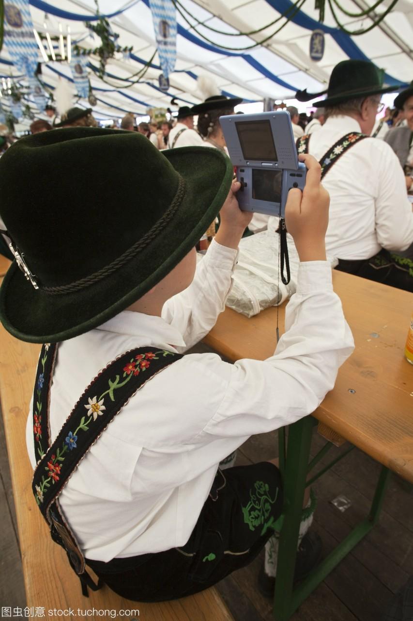 巴伐利亚德国慕尼黑小男孩在巴伐利亚服装玩电