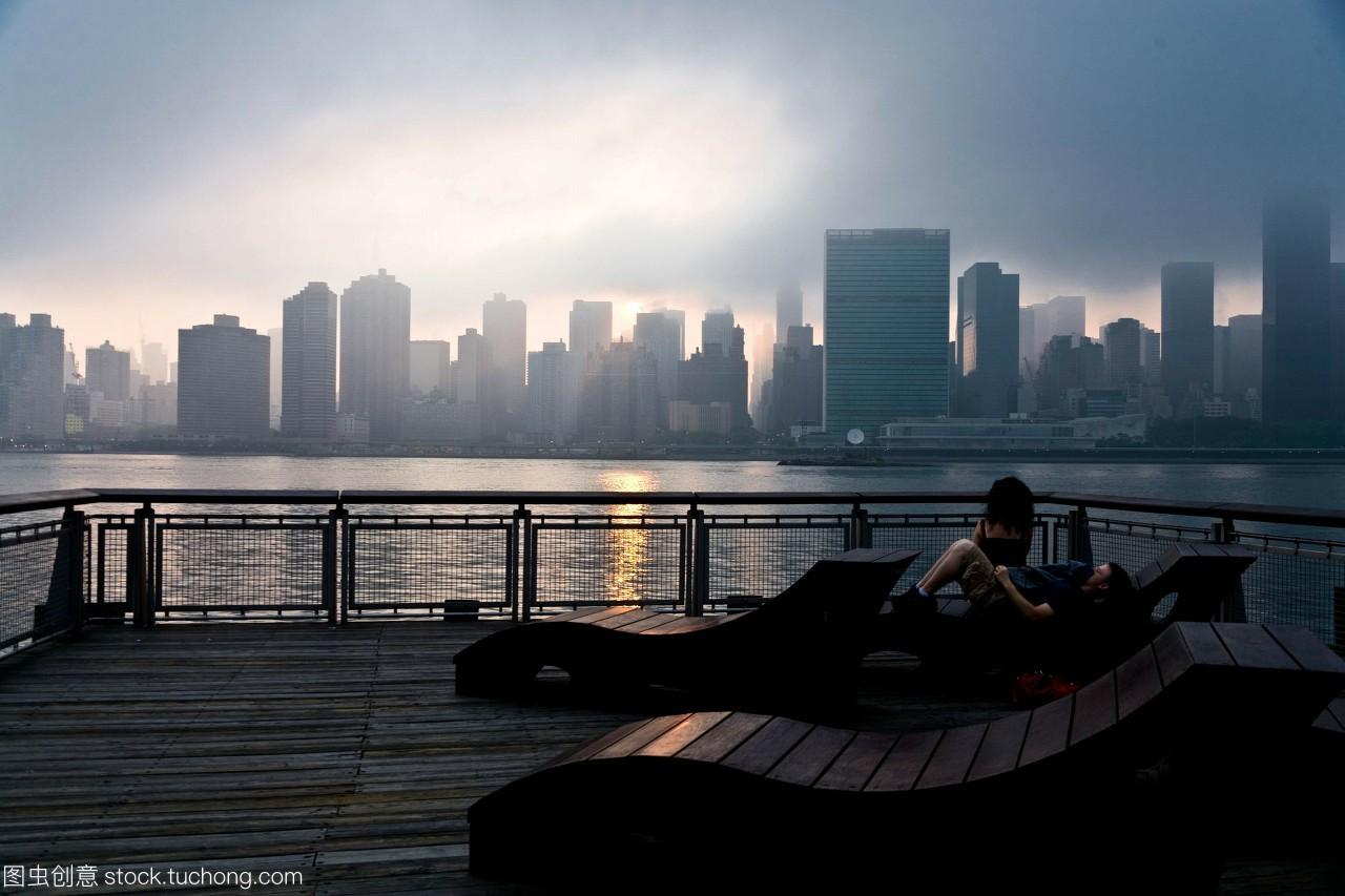 纽约-美国,人们在曼哈顿的天际线上休息,从长岛