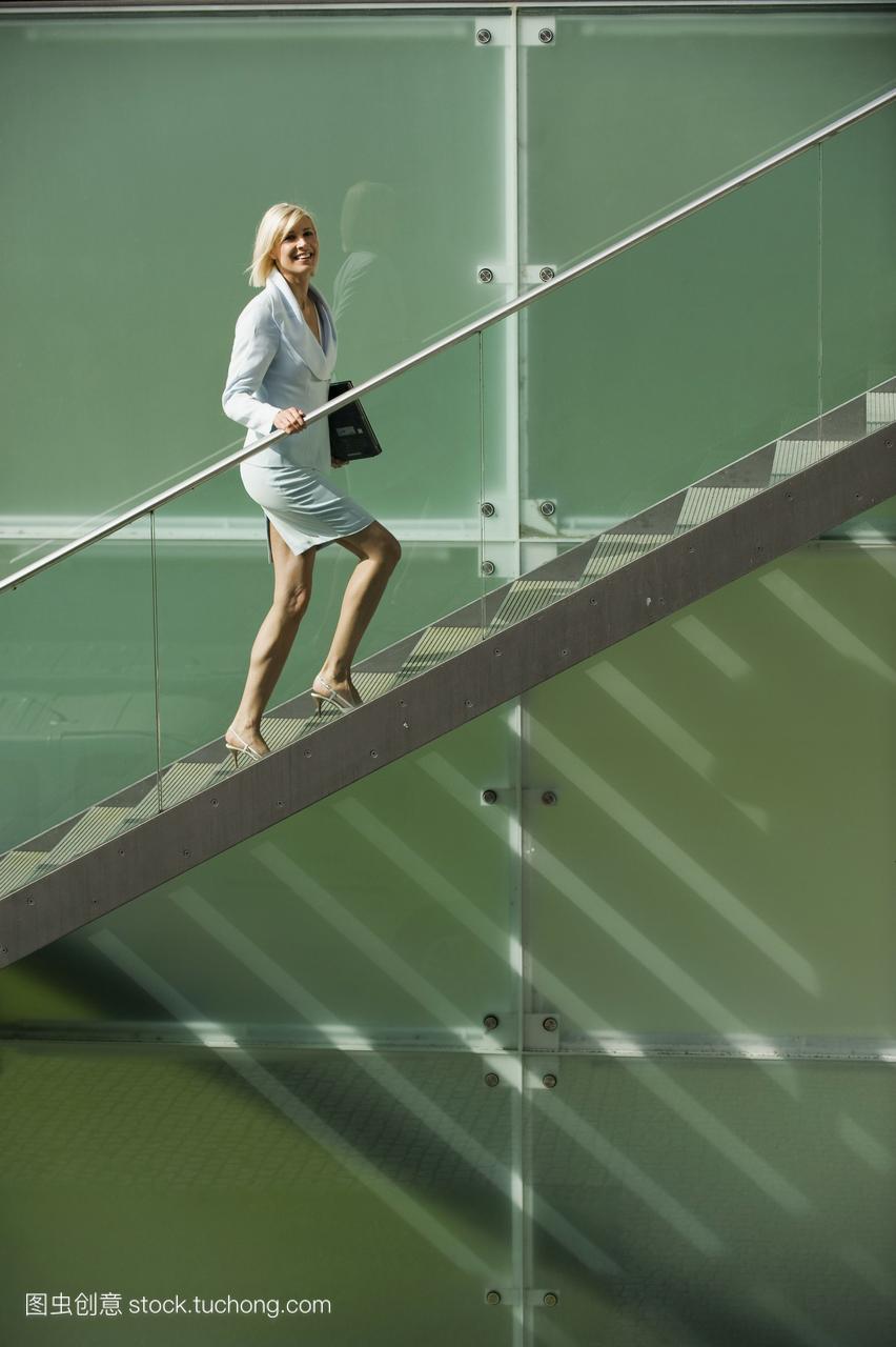 爬楼梯、假装微笑10招缓解压力,释放负能量