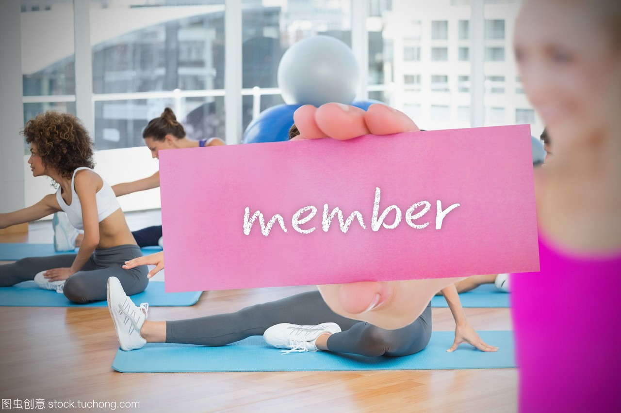 健身房里的瑜伽课上,一个金发的持卡人说