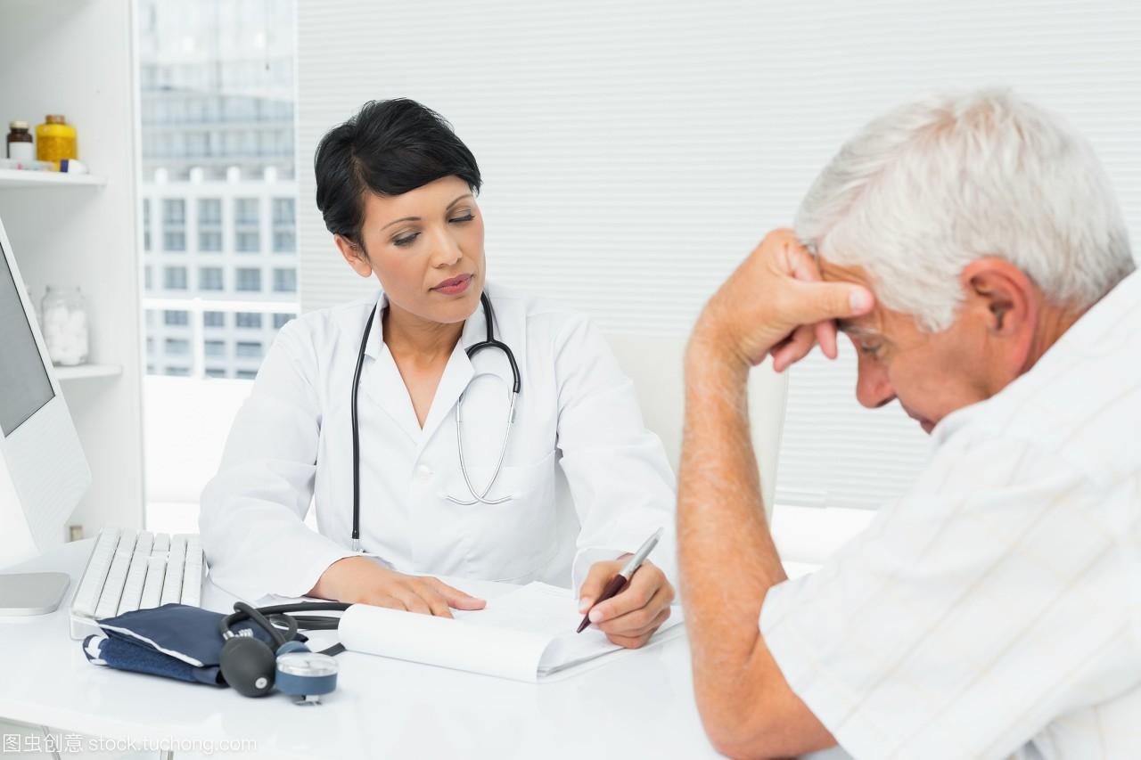 医生向忧心忡忡的高级病人解释报告