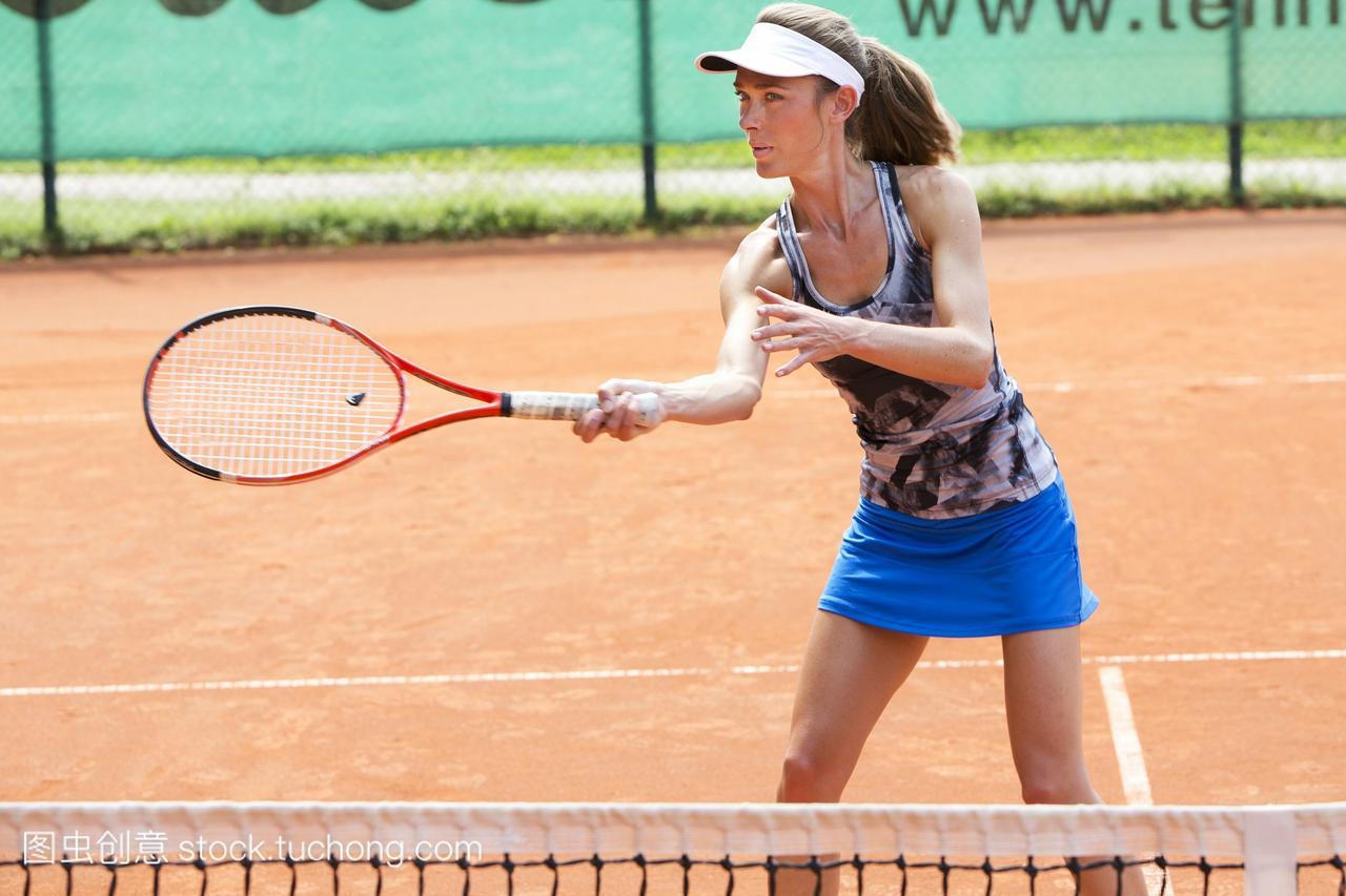 网球场上的女网球运动员