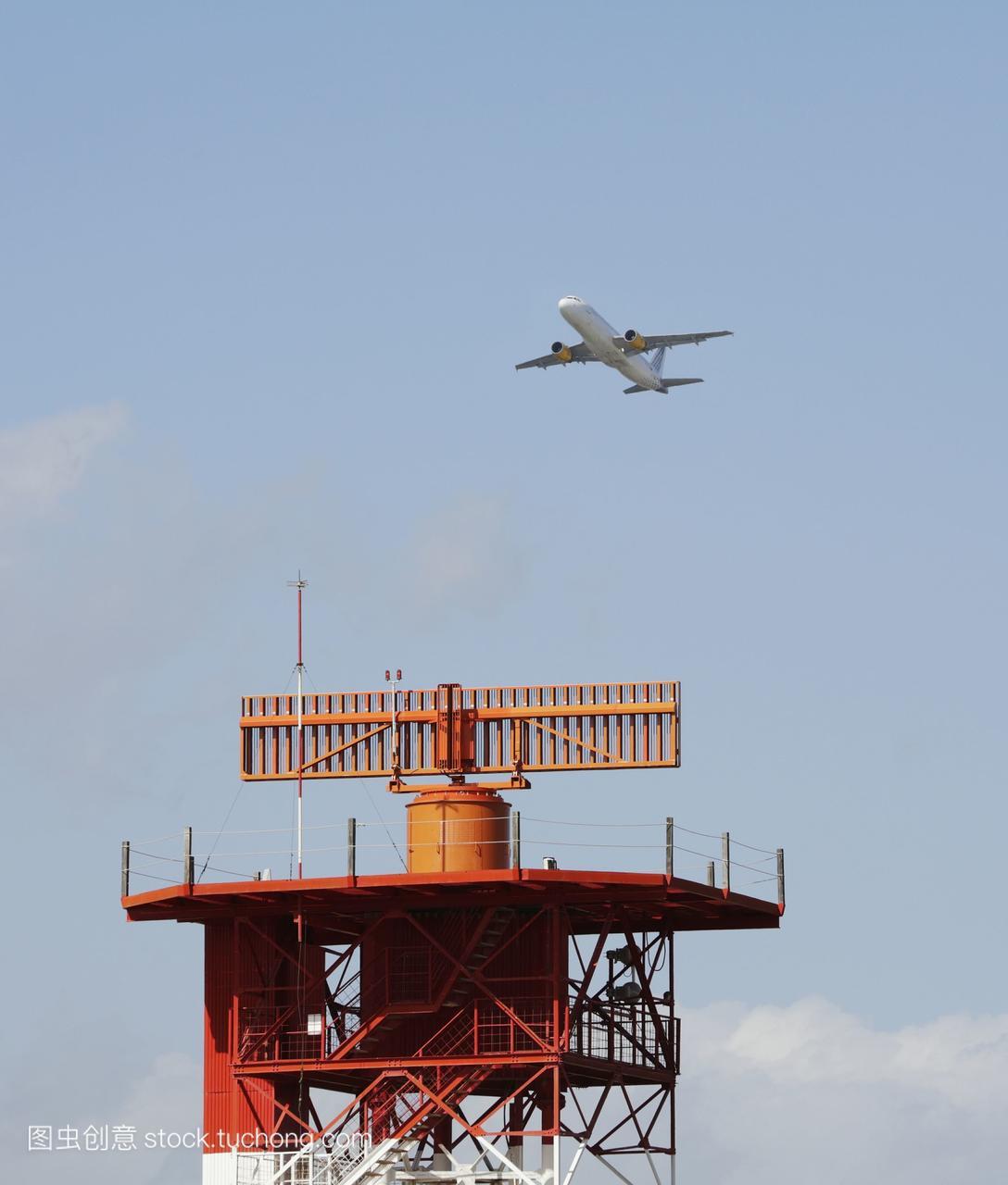 在马拉加机场的雷达装置上飞行的客机;西班牙