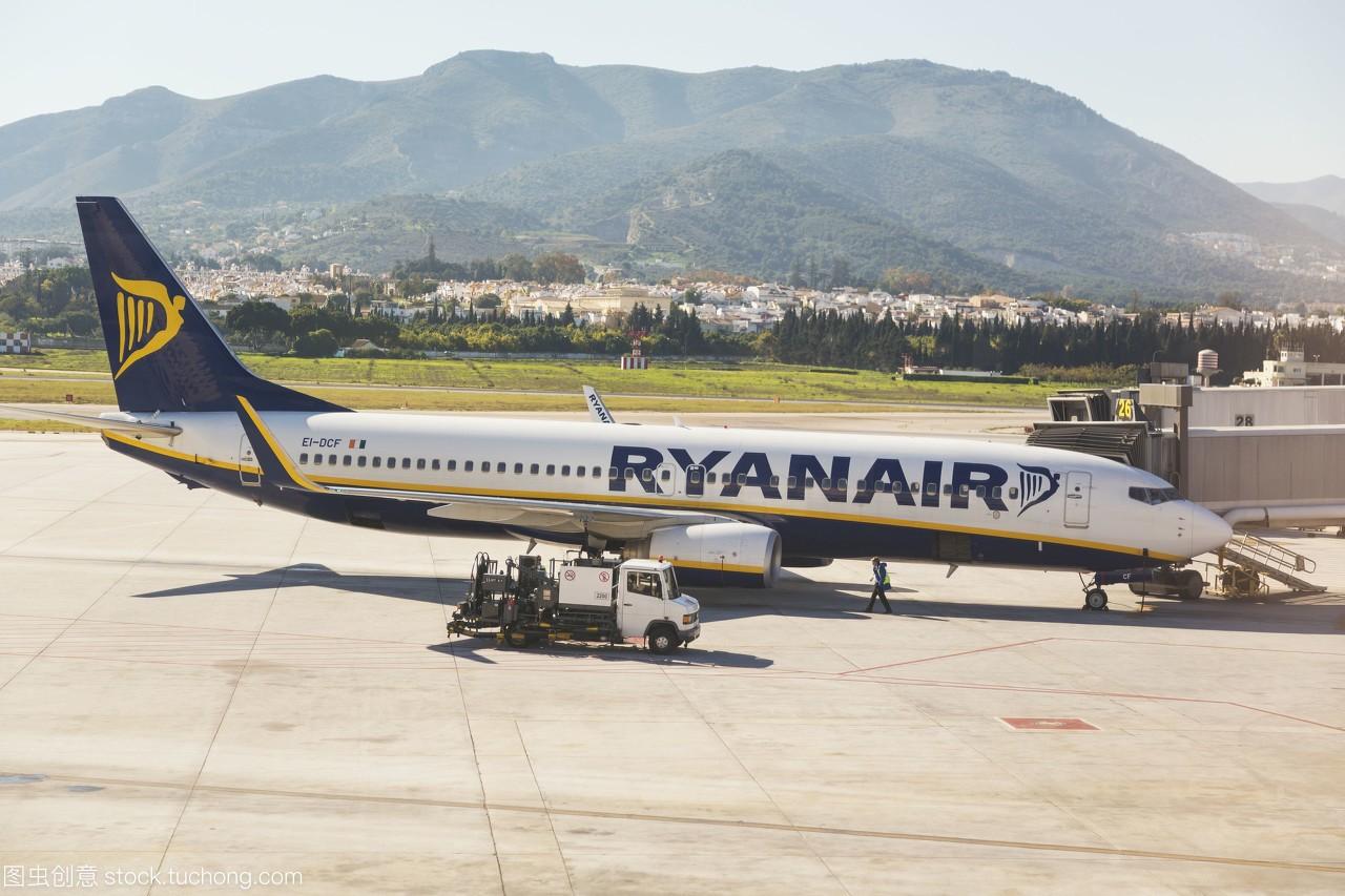 在马拉加国际机场的一架ryanair客机;马拉加,马