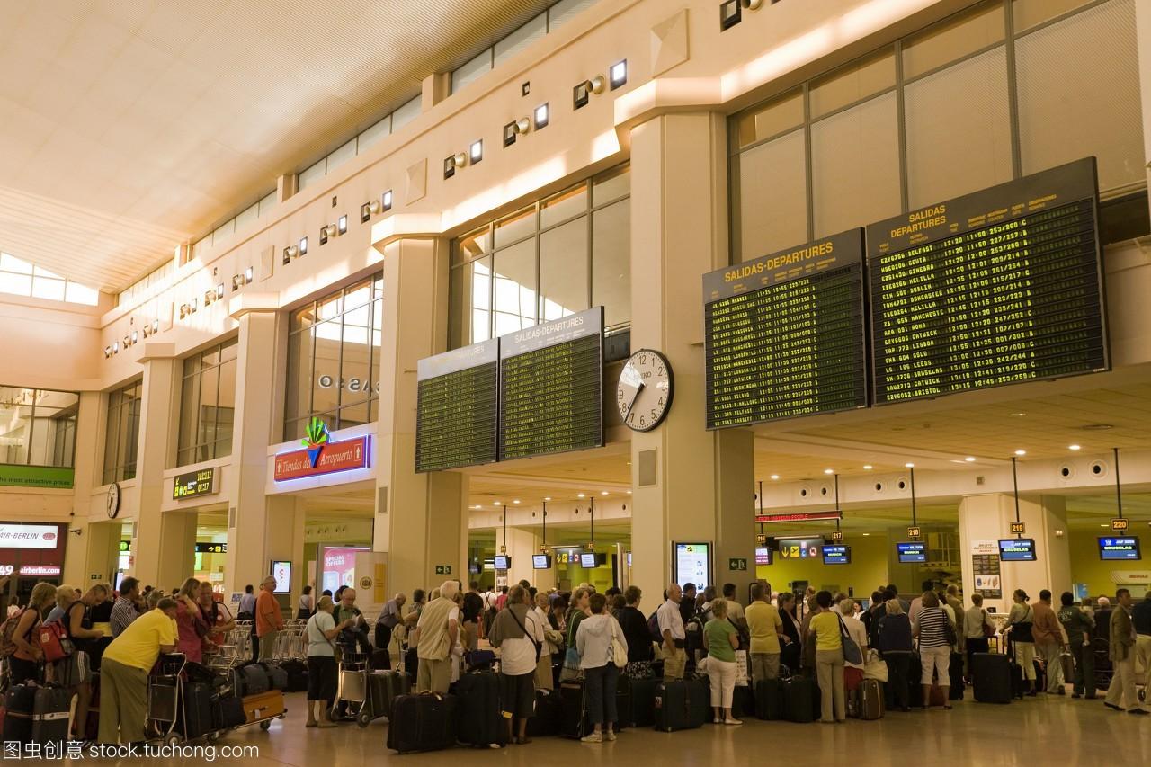 队列在桌子上在机场检查;海岸西班牙马拉加